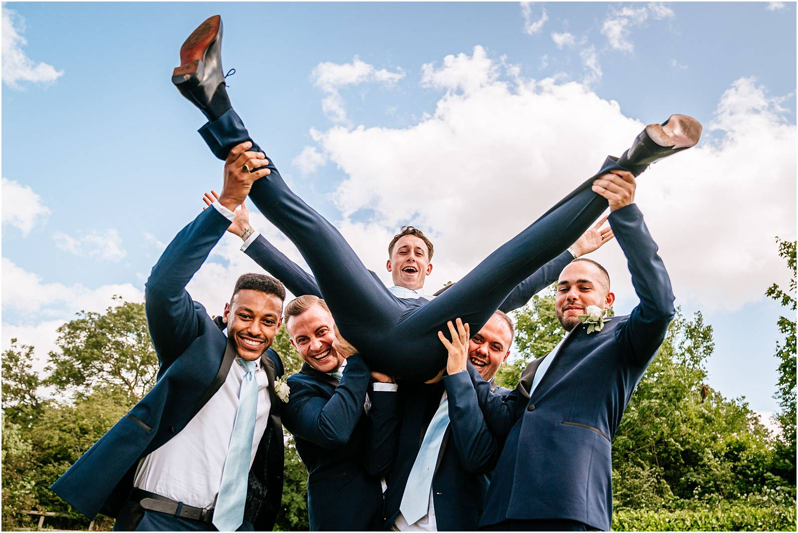 fun wedding photos with groomsmen